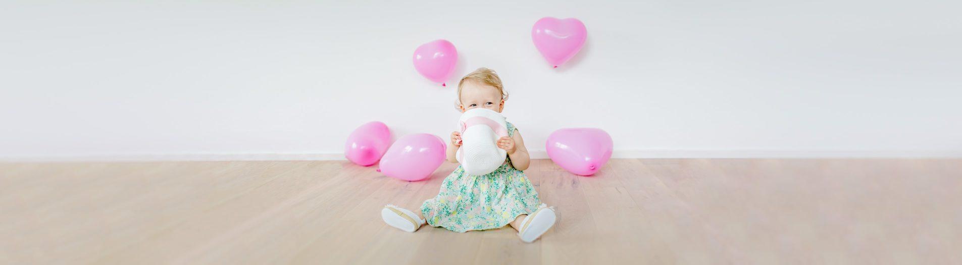 Ein kleines süßes Mädchen mit 1000 Gesichtern